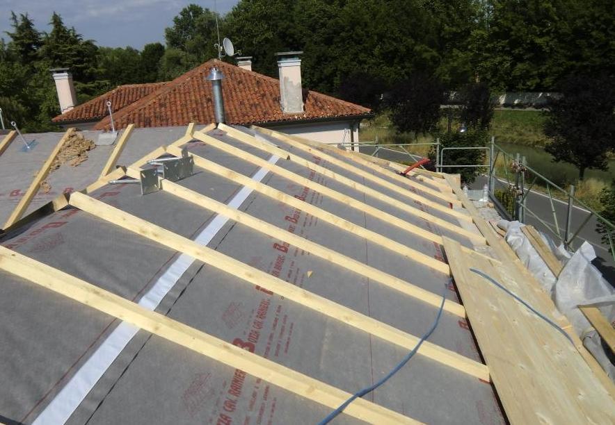 solaio in latero-cemento isolato con ¦bra minerale e struttura di copertura in legno
